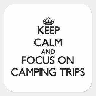 Guarde la calma y el foco en acampadas calcomanias cuadradas