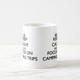 Guarde la calma y el foco en acampadas tazas de café