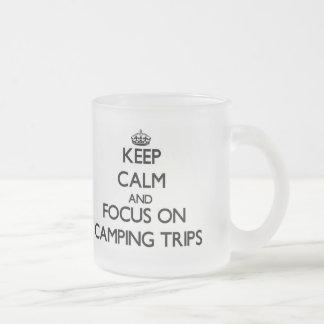 Guarde la calma y el foco en acampadas tazas
