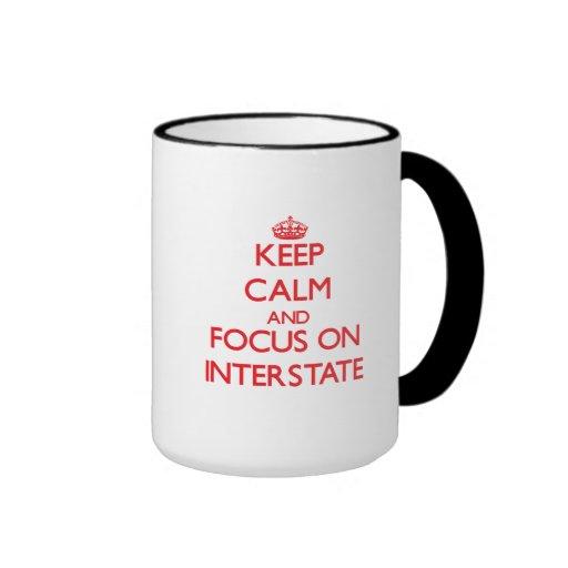 Guarde la calma y el foco en autopista tazas de café
