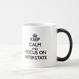 Guarde la calma y el foco en autopista taza de café