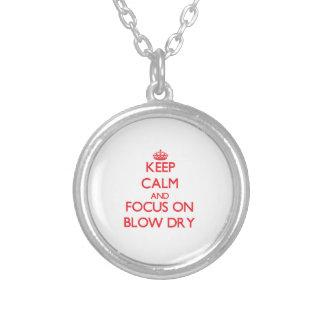 Guarde la calma y el foco en brushing collar personalizado