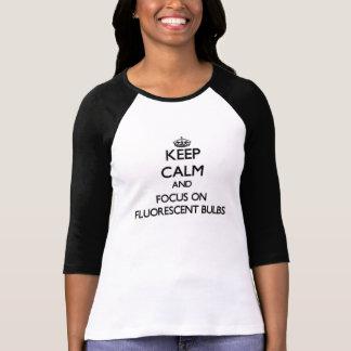 Guarde la calma y el foco en bulbos fluorescentes camisetas