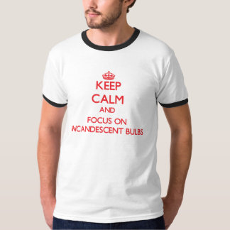 Guarde la calma y el foco en bulbos incandescentes camiseta