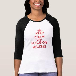 Guarde la calma y el foco en caminar camisetas
