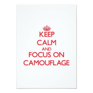 Guarde la calma y el foco en camuflaje invitación personalizada