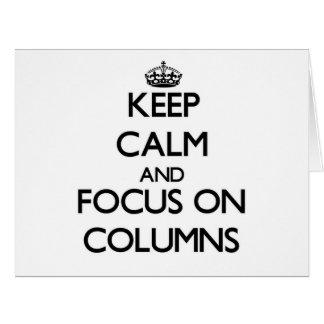 Guarde la calma y el foco en columnas felicitacion