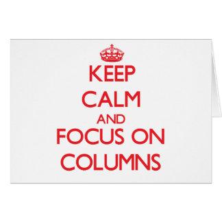Guarde la calma y el foco en columnas tarjeta de felicitación