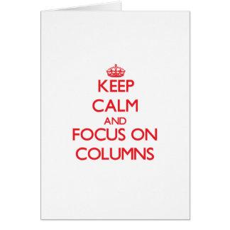 Guarde la calma y el foco en columnas tarjeta