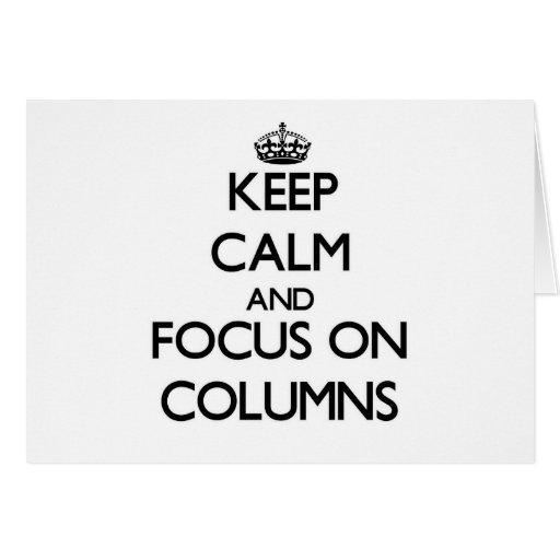 Guarde la calma y el foco en columnas tarjeton