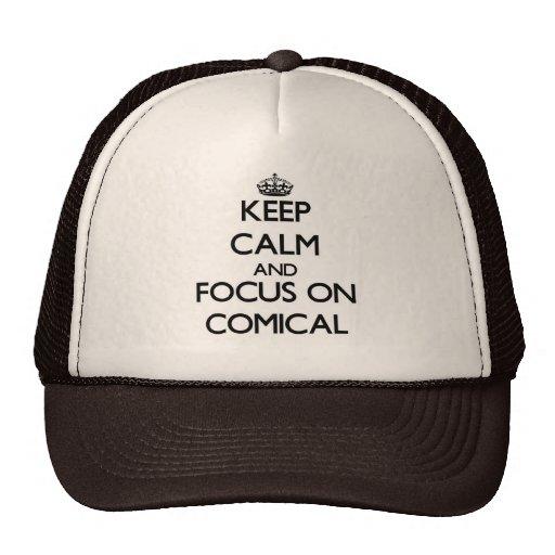Guarde la calma y el foco en cómico gorras