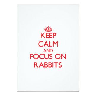 Guarde la calma y el foco en conejos anuncios