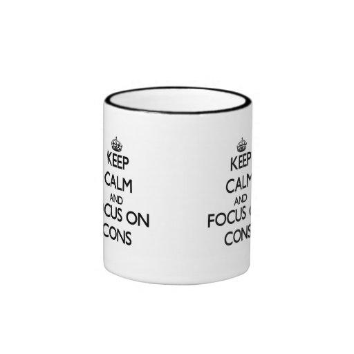 Guarde la calma y el foco en contra tazas