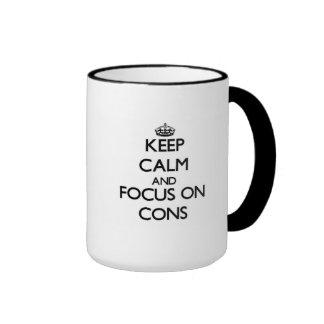 Guarde la calma y el foco en contra tazas de café
