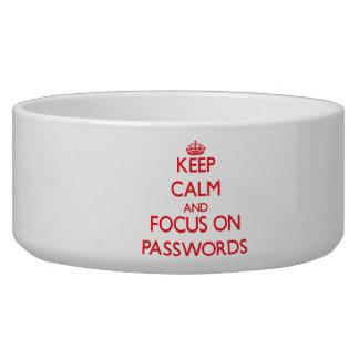 Guarde la calma y el foco en contraseñas tazones para perro