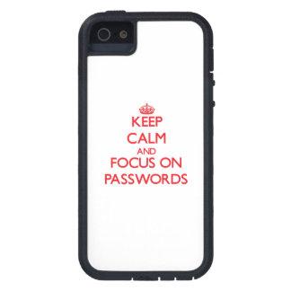 Guarde la calma y el foco en contraseñas iPhone 5 protector