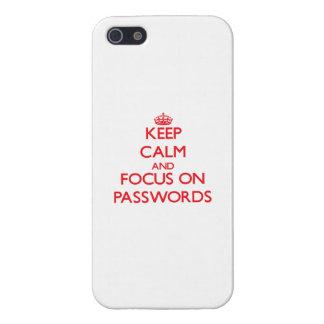 Guarde la calma y el foco en contraseñas iPhone 5 carcasa
