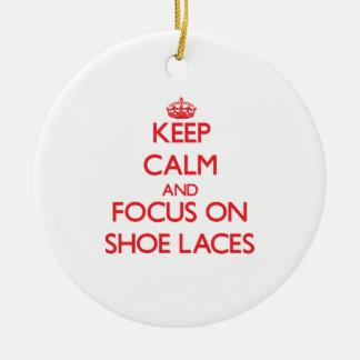 Guarde la calma y el foco en cordones de zapato ornamento de reyes magos
