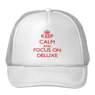 Guarde la calma y el foco en de lujo gorra