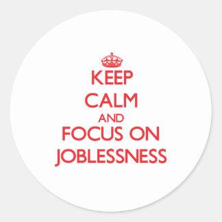 Guarde la calma y el foco en desempleo etiqueta redonda