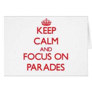 Guarde la calma y el foco en desfiles tarjetas