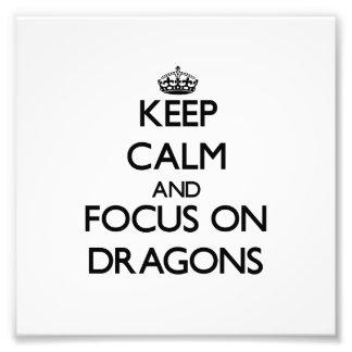 Guarde la calma y el foco en dragones arte fotográfico