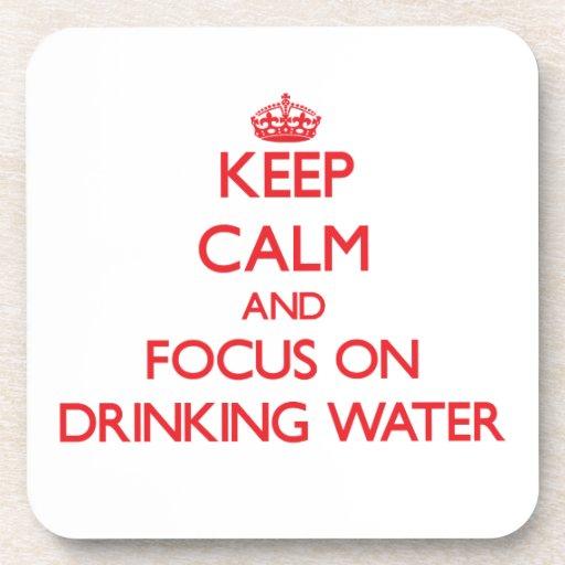 Guarde la calma y el foco en el agua potable posavasos de bebidas