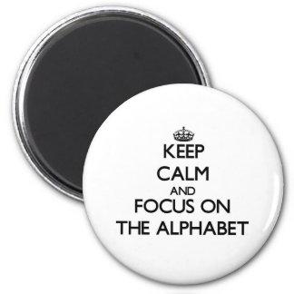 Guarde la calma y el foco en el alfabeto imán