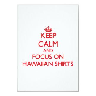 Guarde la calma y el foco en el camisetas hawaiano comunicados