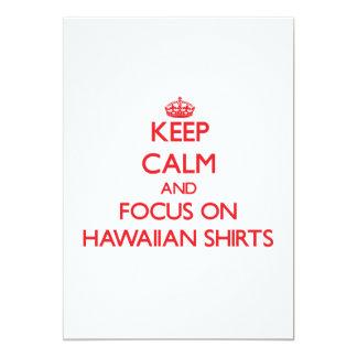 Guarde la calma y el foco en el camisetas hawaiano invitación 12,7 x 17,8 cm