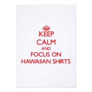 Guarde la calma y el foco en el camisetas hawaiano invitaciones personalizada
