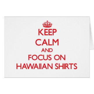 Guarde la calma y el foco en el camisetas hawaiano tarjetón