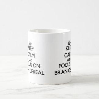 Guarde la calma y el foco en el cereal del salvado taza