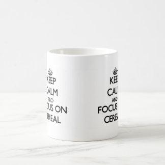 Guarde la calma y el foco en el cereal taza