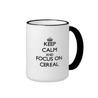 Guarde la calma y el foco en el cereal taza de dos colores