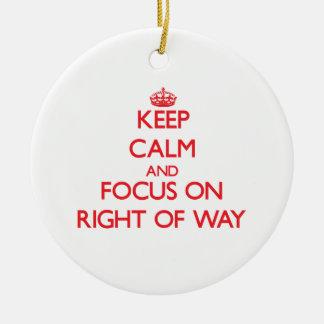 Guarde la calma y el foco en el derecho de paso ornamento para arbol de navidad