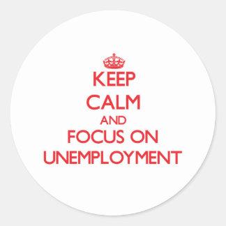 Guarde la calma y el foco en el desempleo etiqueta redonda