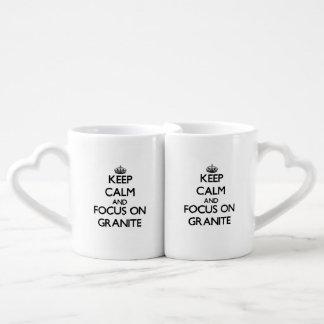 Guarde la calma y el foco en el granito taza para parejas