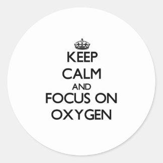 Guarde la calma y el foco en el oxígeno etiqueta redonda