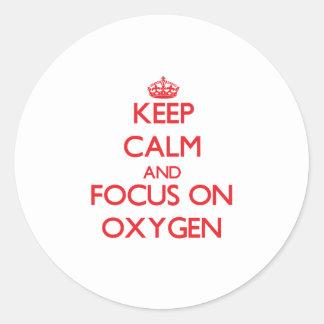 Guarde la calma y el foco en el oxígeno pegatina redonda