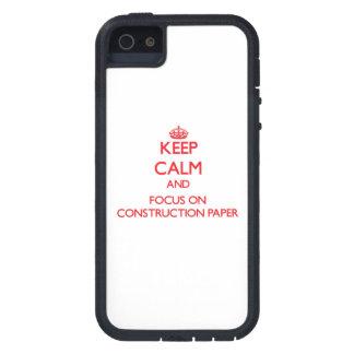 Guarde la calma y el foco en el papel de construcc iPhone 5 funda