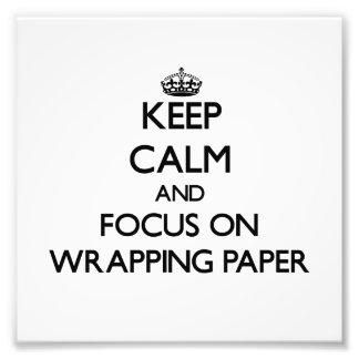Guarde la calma y el foco en el papel de embalaje fotografias