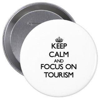 Guarde la calma y el foco en el turismo pin