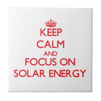 Guarde la calma y el foco en energía solar azulejo