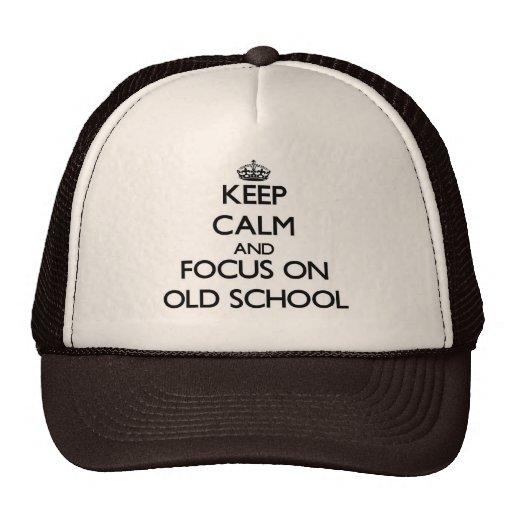 Guarde la calma y el foco en escuela vieja gorra