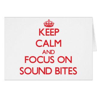 Guarde la calma y el foco en eslóganes tarjeta de felicitación