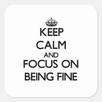 Guarde la calma y el foco en estar muy bien pegatina cuadrada