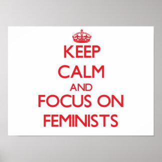 Guarde la calma y el foco en feministas posters