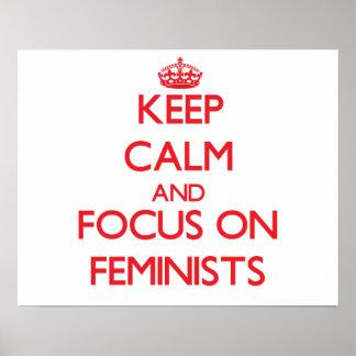 Guarde la calma y el foco en feministas impresiones
