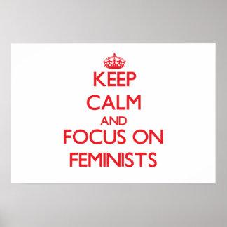 Guarde la calma y el foco en feministas póster
